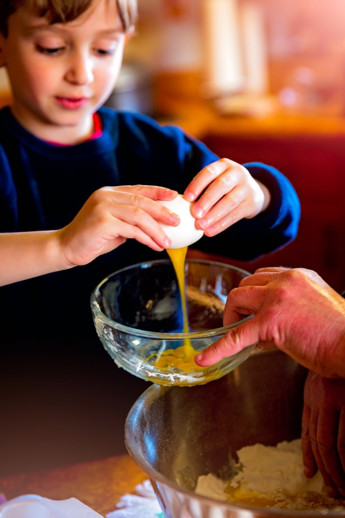 With family-friendly meal subscriptions like Sun Basket and MOMables, you can teach your little ones to cook sooner.